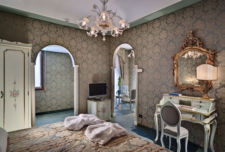 hotel carlton on the grand canal in venice. Black Bedroom Furniture Sets. Home Design Ideas